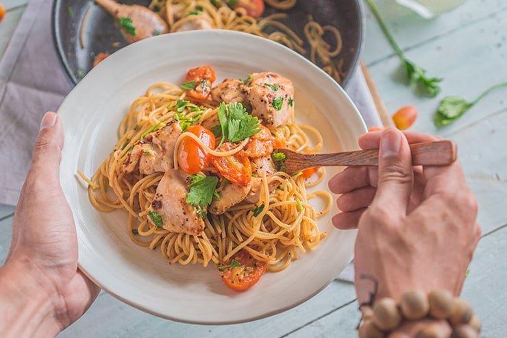 Ướp thịt gà để làm mỳ Ý đậm đà hơn